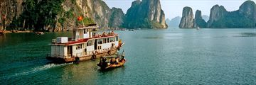 Cruising along Halong Bay
