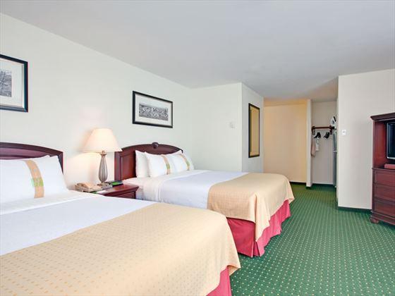 Queen bed guestroom